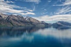 Гора голубого неба, озера и снега стоковые фото