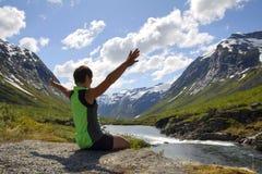 гора девушки около спорта реки Стоковая Фотография