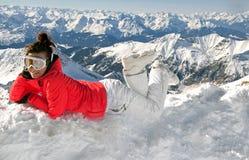 гора девушки отдыхая сексуальная верхняя часть катания на лыжах Стоковое фото RF