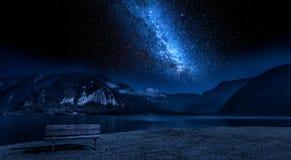 Гора деревянной скамьи и озера на ноче с звездами Стоковое Изображение