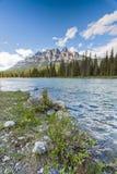 Гора замка на берегах реки смычка в соотечественнике Banff Стоковые Изображения