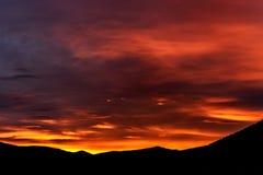 Гора захода солнца неба заволакивает fiery стоковые изображения