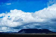 Гора и белые облака Стоковое Изображение RF