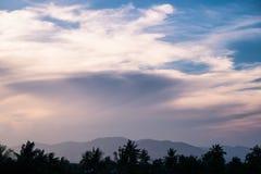 Гора и дерево движения цвета облака Стоковое Изображение RF