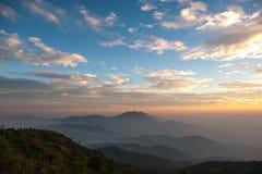 Гора и заход солнца на Doi Inthanon, Чиангмае, Таиланде Стоковые Изображения