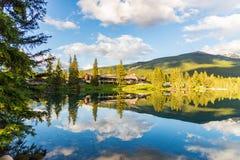 Гора и озеро с отражением стоковое фото
