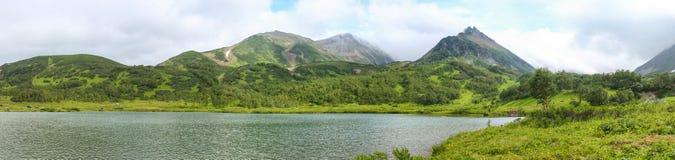 Гора и озеро стоковое изображение