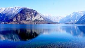 Гора и озеро Hallstatt Стоковое фото RF