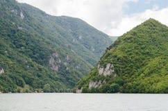 Гора и река Стоковые Фото