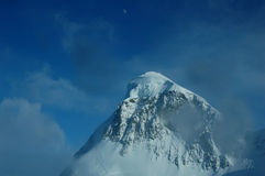 Гора и луна Стоковая Фотография