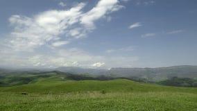 Гора Кавказа ландшафта с облаками на небе акции видеоматериалы