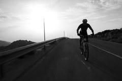 Гора катания человека велосипедиста на дороге горы Стоковая Фотография