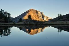 Гора лавра отраженная в озере стоковое фото rf