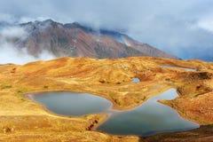 гора ландшафта величественная Озера Koruldi и турист восхищая взгляд Активная концепция жизни Стоковая Фотография
