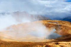 гора ландшафта величественная Озера Koruldi и турист восхищая взгляд Активная концепция жизни Стоковые Фото