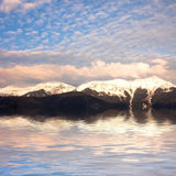 гора ландшафта озера около утесистого Стоковые Изображения