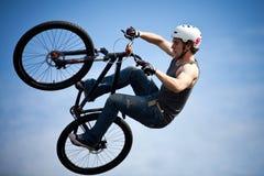 гора мальчика bmx bike скача Стоковое Изображение RF
