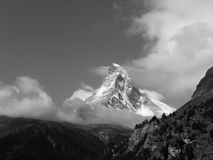 Гора Маттерхорна наблюдаемая от Zermatt в швейцарце Альпах стоковые фотографии rf
