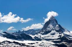 Гора Маттерхорна с немногими облачный покров на пике, заплата снега Стоковая Фотография