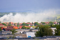 гора над селом дыма Стоковые Изображения
