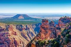 Гора на взгляде пустыни, гранд-каньон кедра, Аризона стоковая фотография