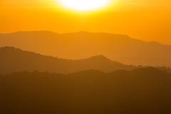 гора над заходом солнца ряда Стоковая Фотография RF