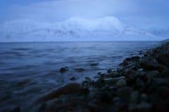 Гора над фьордом в ледовитой Норвегии Стоковые Фотографии RF