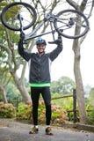 гора нося мужчины велосипедиста bike Стоковое Изображение RF