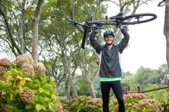 гора нося мужчины велосипедиста bike Стоковые Изображения