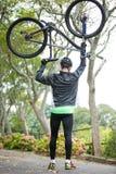 гора нося мужчины велосипедиста bike Стоковая Фотография RF