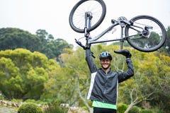 гора нося мужчины велосипедиста bike Стоковое Изображение