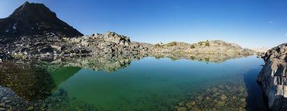 гора озера все еще стоковые фото