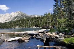 гора озера дьяволов ванны сценарная стоковая фотография