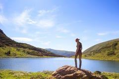гора озера девушки Стоковое фото RF