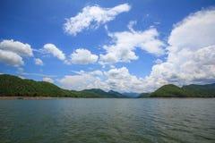 Гора озера и голубое небо с пасмурным стоковое фото rf