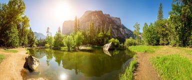 Гора озера и камня Стоковая Фотография RF