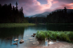 гора озера над заходом солнца Стоковое Изображение