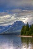 гора озера над пиковыми валами Стоковая Фотография