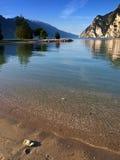 гора озера пляжа Стоковая Фотография