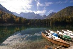 гора озера шлюпки стоковые изображения