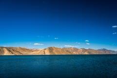 Гора озера Pangong красивая, Leh Ladakh, Индия Стоковые Фотографии RF