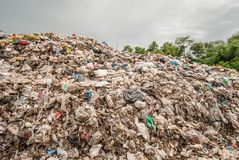 Гора отхода на месте захоронения отходов в Юго-Восточной Азии Стоковое Изображение RF