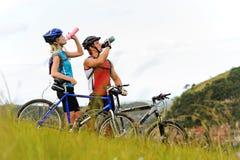 гора пар bike выпивая Стоковое Изображение RF