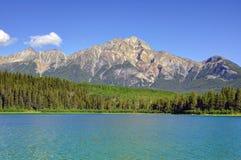 Гора пирамиды и озеро Патриция в раннем утре стоковая фотография rf