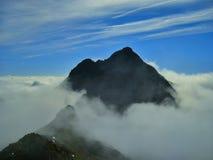 Гора поднимая от тумана стоковое фото