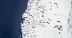 Гора покрытая снегом во время зимы 4k сток-видео