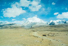 Гора покрытая снегом на большой возвышенности Стоковое фото RF