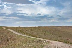 Гора пустыни с драматическим небом стоковые фотографии rf