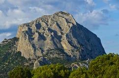 Гора, пуща и небо Стоковые Изображения