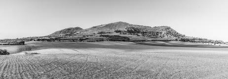 Гора Раны около Louny в центральных богемских гористых местностях на солнечный летний день, чехия заречье moscow один панорамный  стоковое фото